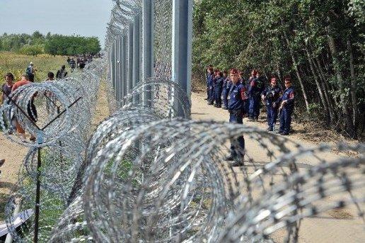 ob_1b5dc9_migrants-et-refugies-font-face-a-une-v